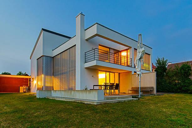 Architecture moderne maison la maison illuminée au crépuscule - Photo