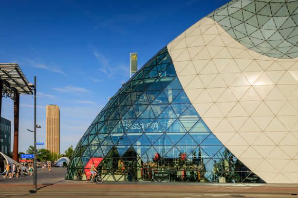 moderne architectuur in het centrum van eindhoven - eindhoven city stockfoto's en -beelden
