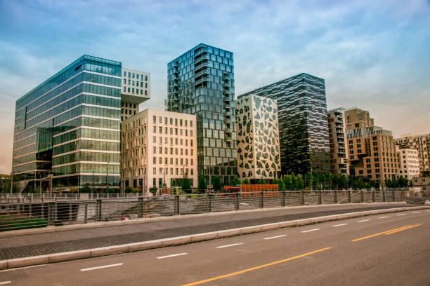 moderne architectuur van oslo, noorwegen - oslo city hall stockfoto's en -beelden