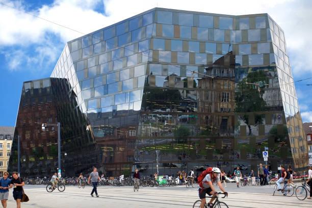 moderne architektur der freiburger universität bibliothek - deutsche bibliothek stock-fotos und bilder