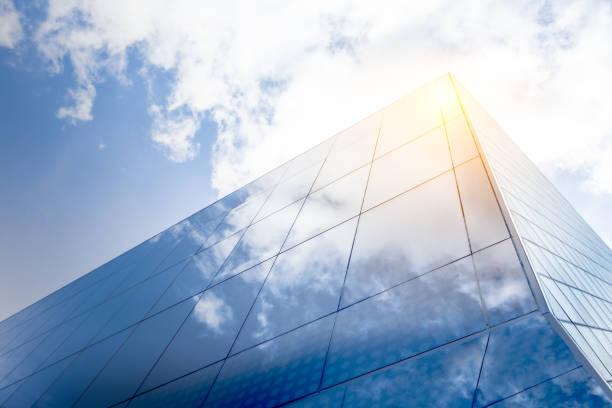 moderne architektur mit sonnenreflektionen - fensterfront stock-fotos und bilder