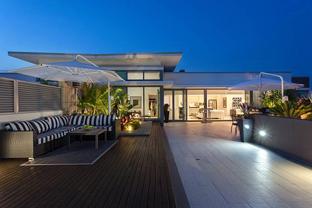 moderner balkon - outdoor sonnenschutz stock-fotos und bilder
