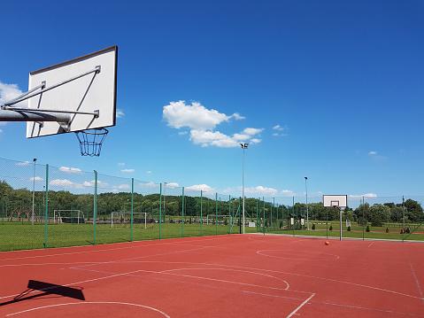 도시 스포츠 및 레크리에이션 센터에 안뜰에서 현대 농구 법원 0명에 대한 스톡 사진 및 기타 이미지
