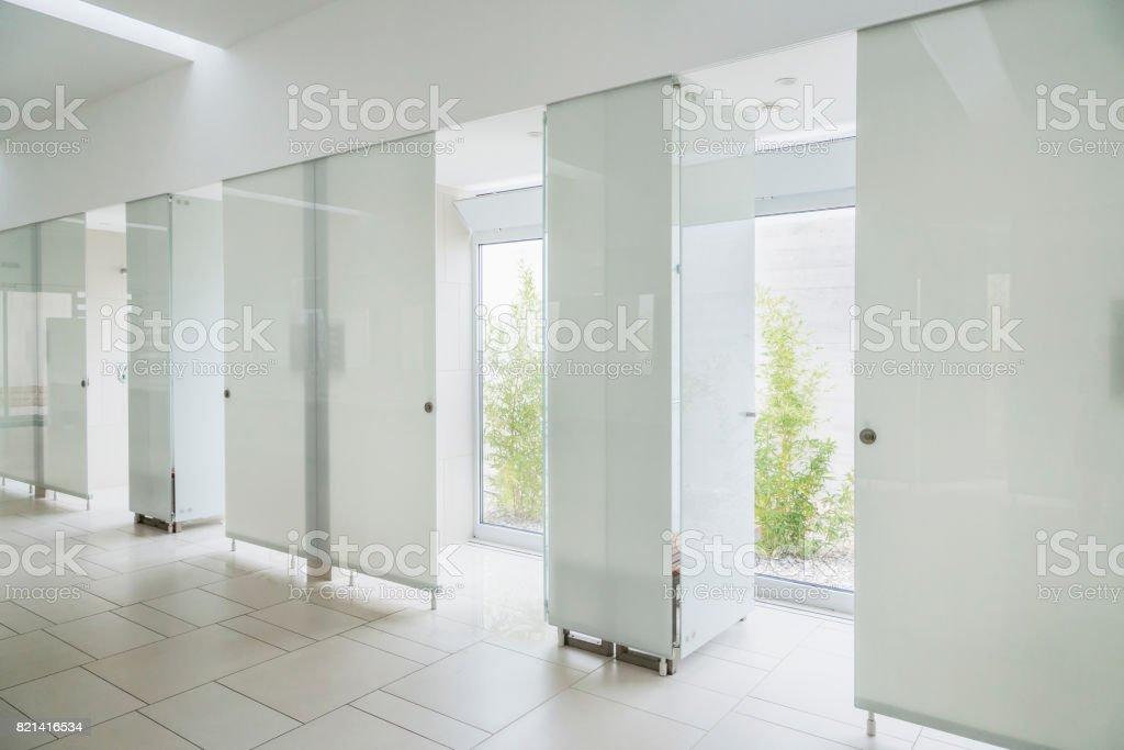 Moderne badkamer interieur in marmer met glazen deur douche en