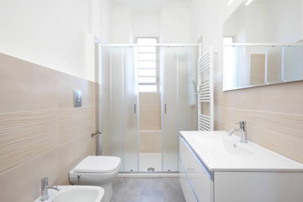 Moderno baño interior en apartamento reformado - foto de stock