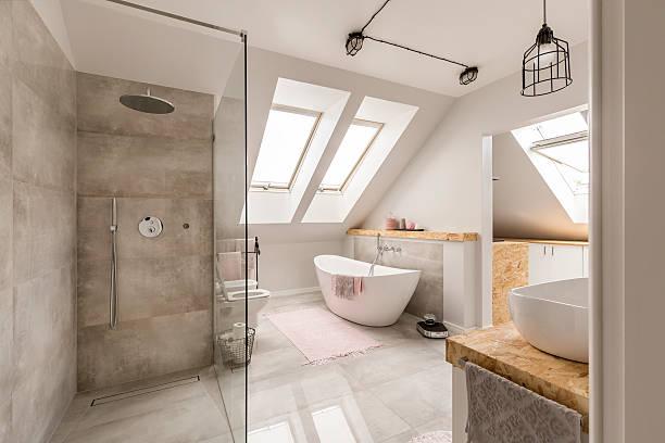 interior moderno do banheiro com chuveiro minimalista - banheiro doméstico - fotografias e filmes do acervo
