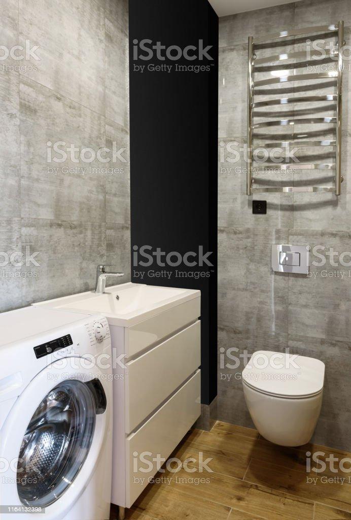 Moderne Badezimmerinterieur Mit Wc Weißespüle Waschmaschine ...