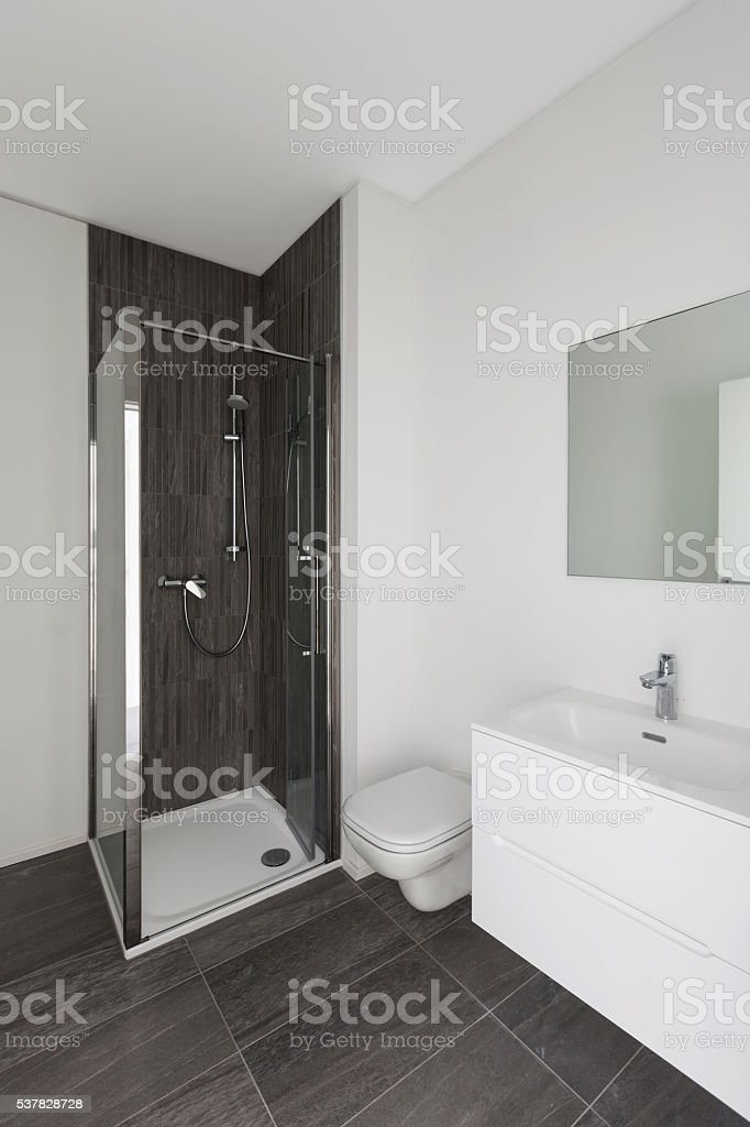 Banheiro moderno de Nova apartamento - foto de acervo