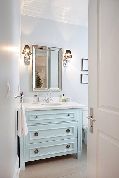 modernes badezimmer - laminatschränke stock-fotos und bilder