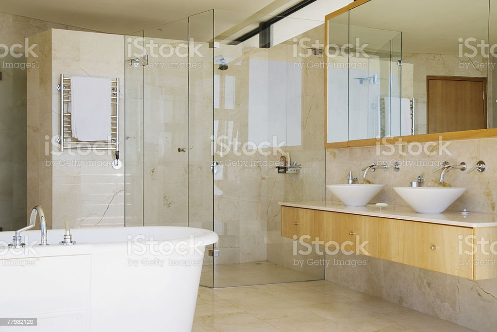 Moderne Badezimmer Mit Dusche Und Badewanne ...