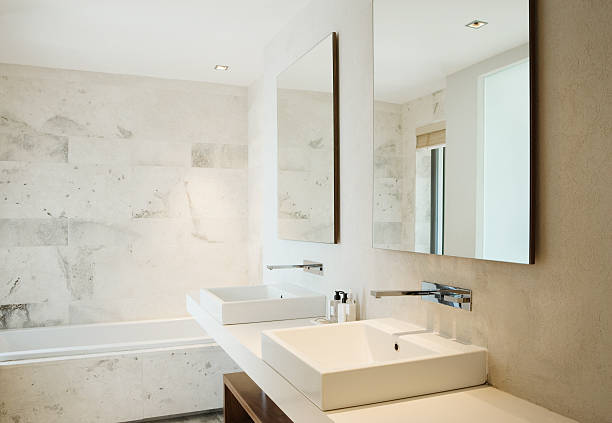 moderne badezimmer waschbecken und badewanne - badarmaturen stock-fotos und bilder