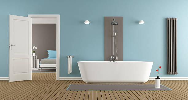 Moderne Badezimmer mit Badewanne und Dusche – Foto