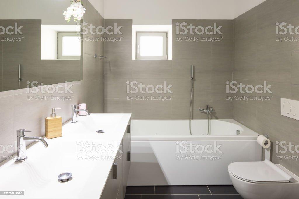 Modernes Badezimmer Mit Großen Braunen Fliesen Und Großen ...