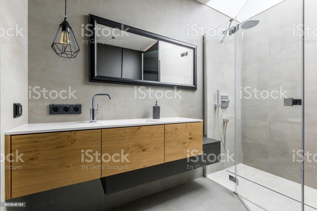 Moderne badkamer met douche stockfoto en meer beelden van