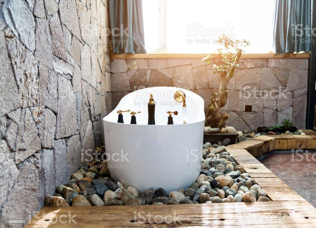Banos Modernos Con Banera.Bano Moderno Con Pared De Piedra Y Banera Foto De Stock Y