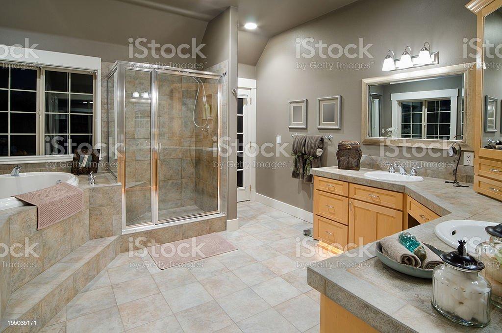 Vasca Da Bagno Moderna Da Incasso : Bagno moderno con vasca da bagno a incasso fotografie stock e
