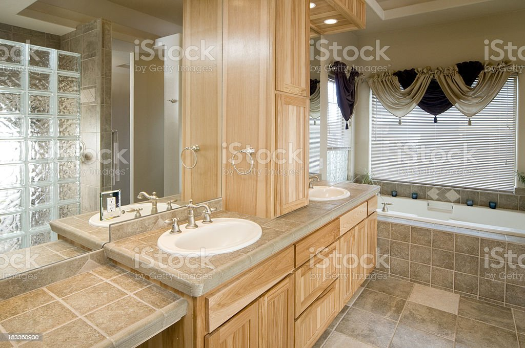 Bagno moderno con vasca da bagno a incasso fotografie stock e