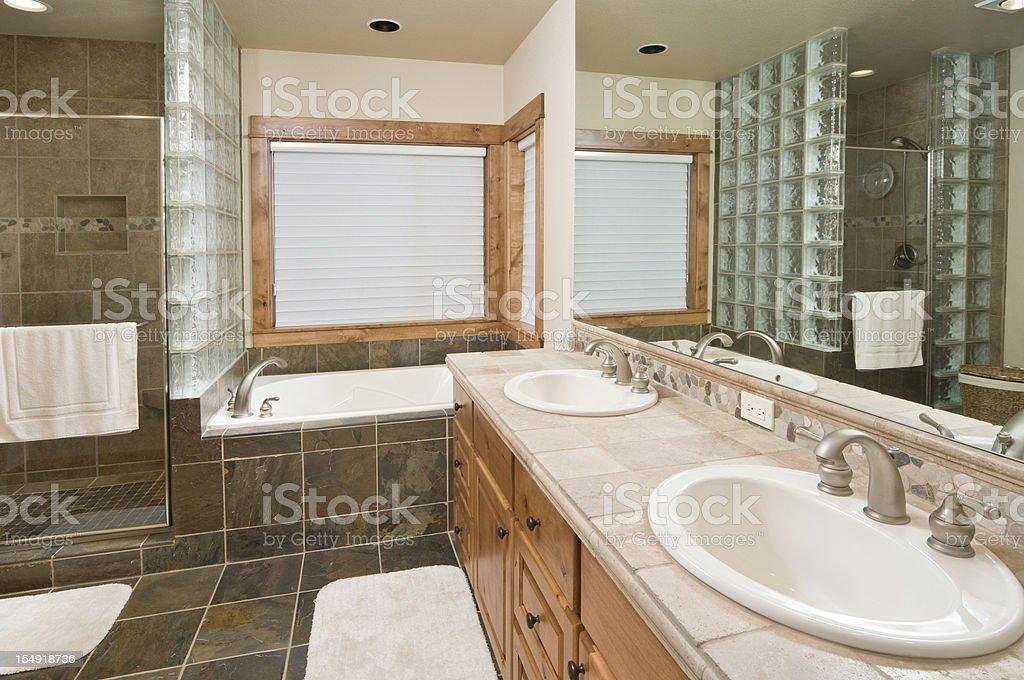 Moderno bagno con piastrelle di pavimento e doccia fotografie