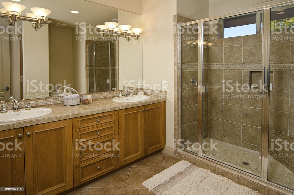 Moderne Badezimmer Mit Fliesen Dusche Und Etage Lizenzfreies Stock Foto
