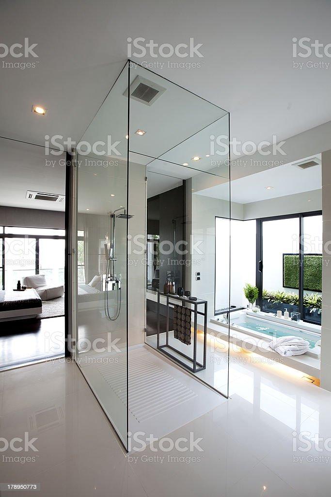 Moderne Badezimmer Mit Fenster Glas Stockfoto und mehr ...
