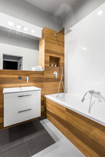modernes bad mit fliesen holzoptik - badezimmermöbel holz stock-fotos und bilder