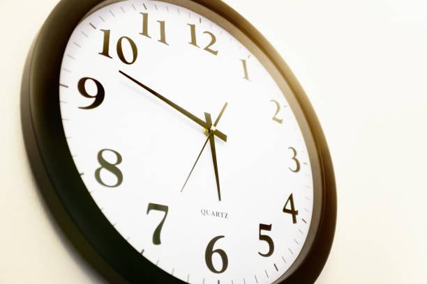 reloj de pared de pilas moderno mostrando 5.48 cuelga en la pared - wall clock fotografías e imágenes de stock
