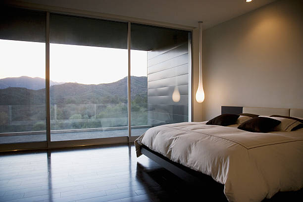 moderne schlafzimmer mit glaswand - schick moderne schlafzimmer stock-fotos und bilder