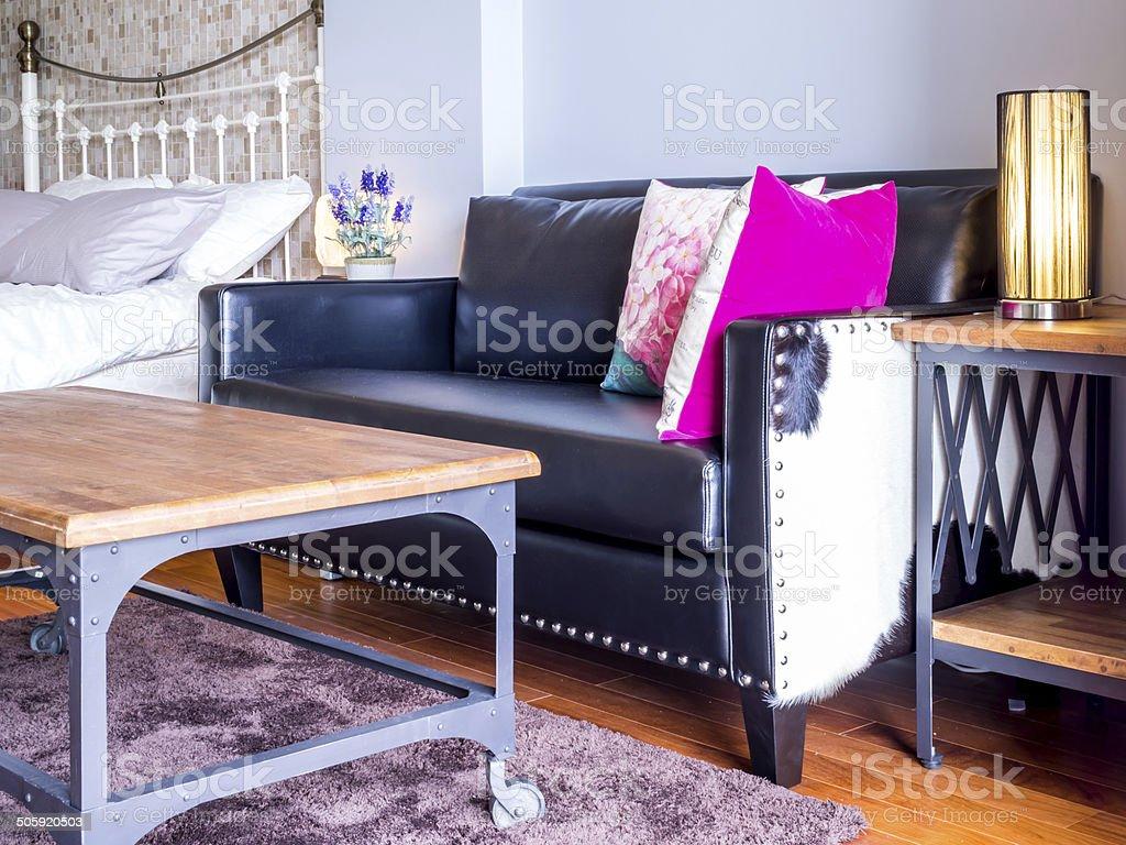 Camere Da Letto Arredate Vintage : Interni moderni di una camera da letto arredata con divano nero