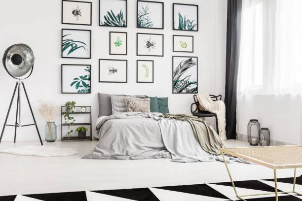 moderne schlafzimmer mit kunstwerken - schick moderne schlafzimmer stock-fotos und bilder