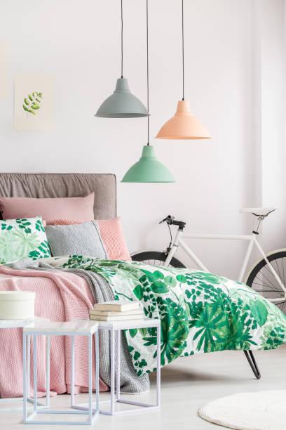 moderne schlafzimmer mit botanischen motiven - hellrosa zimmer stock-fotos und bilder