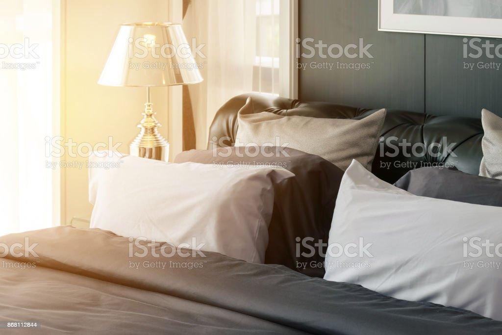 Moderne Schlafzimmer Mit Grauen Kissen Und Lampe Am Morgen Stockfoto und  mehr Bilder von Aufwachen