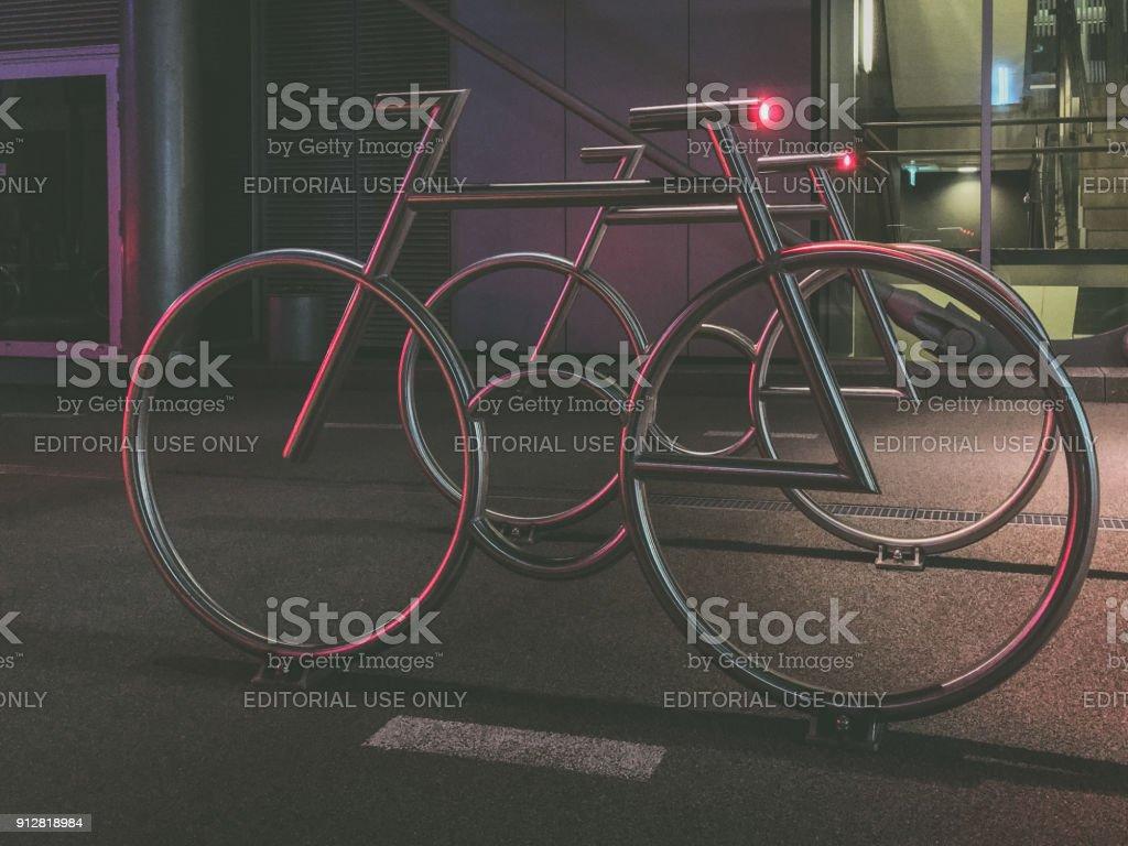 Moderno para bicicletas en el código de barras diseñado por MAD arquitectos - Foto de stock de Aire libre libre de derechos