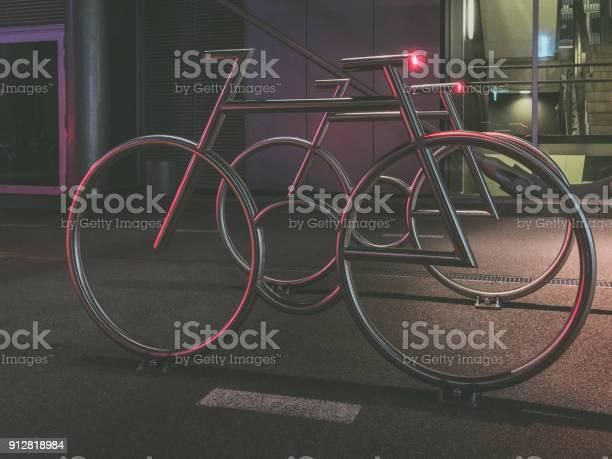 Moderno Para Bicicletas En El Código De Barras Diseñado Por Mad Arquitectos Foto de stock y más banco de imágenes de Aire libre
