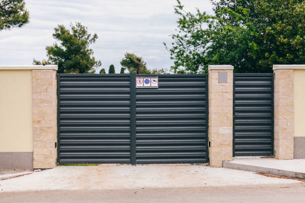 modern black gate at the entrance to the estate (mockup) - lepro stock pictures, royalty-free photos & images