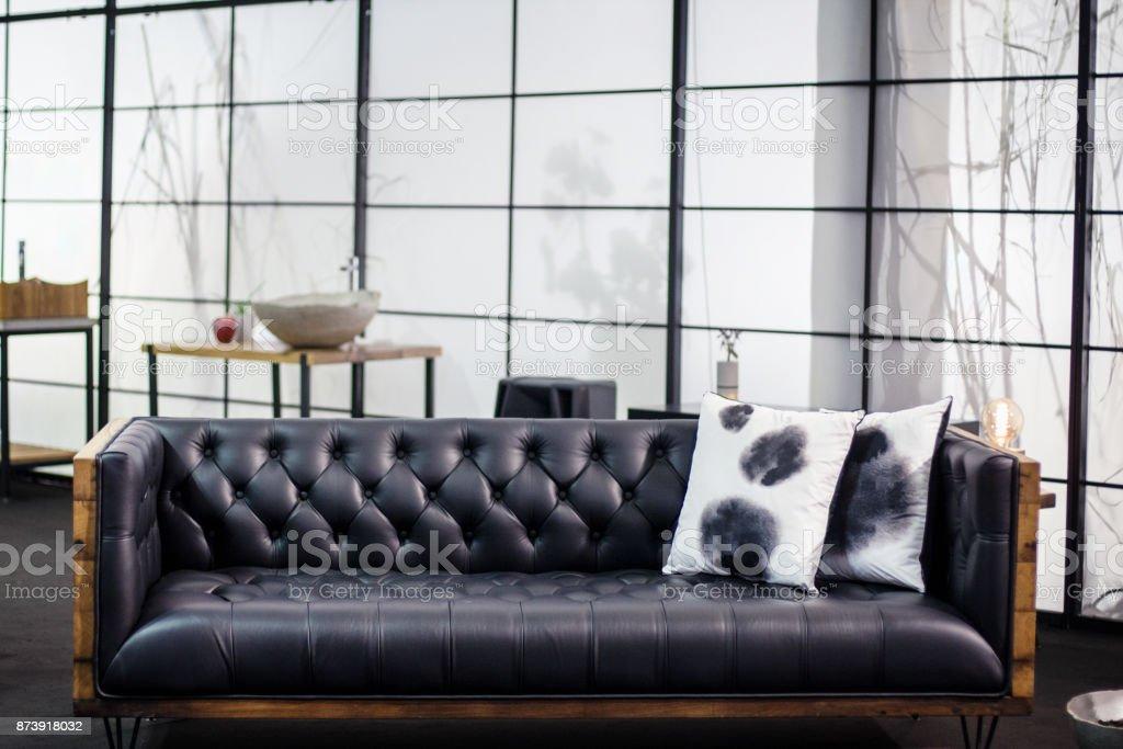Fotografía de Sofá De Cuero Negro Moderno y más banco de imágenes de ...