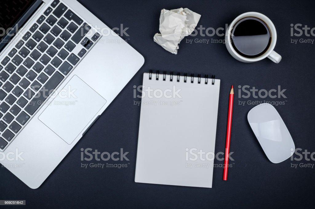 Table de bureau moderne noir bureau avec ordinateur portable et page