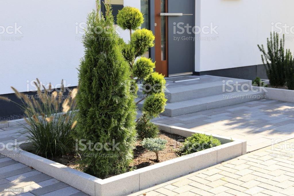 Moderner Block Pflaster und Vorgarten – Foto