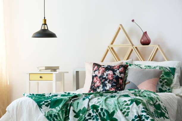 modernen böhmischen interieur mit lampe - lila, grün, schlafzimmer stock-fotos und bilder