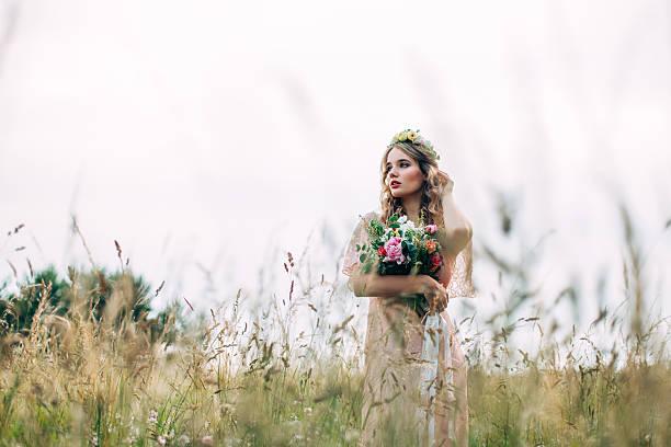 modern boho fashion bride - hochzeitsfrisur boho stock-fotos und bilder