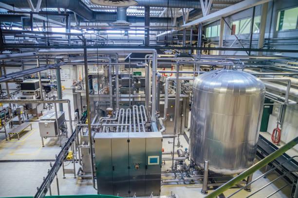 moderna bryggeri produktionslinje. stora moms för öl fermentering och mognad, rörledningar och filtrering system - livsmedelstillverkningsfabrik bildbanksfoton och bilder