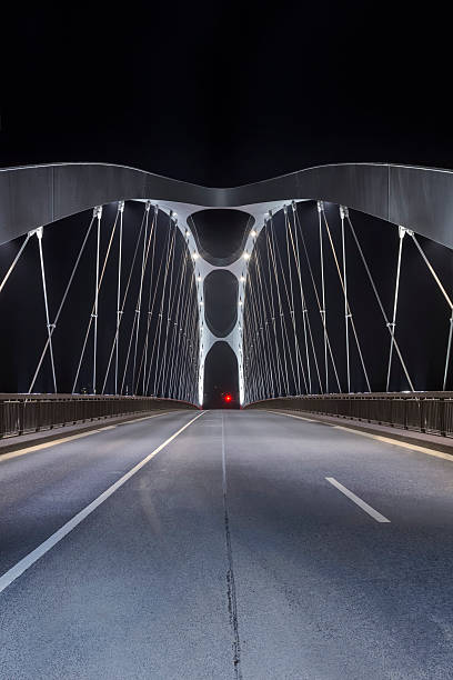 Moderne Brücke bei Nacht – Foto