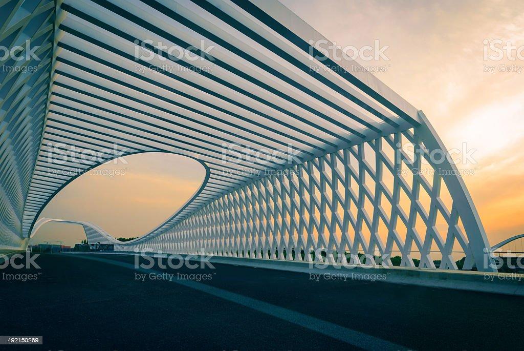 Die moderne Brücke in den Sonnenuntergang – Foto