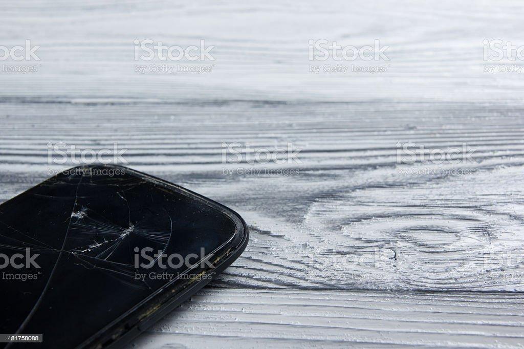 Rotto Moderno Telefono Cellulare Su Bianco Sfondo In Legno Vista
