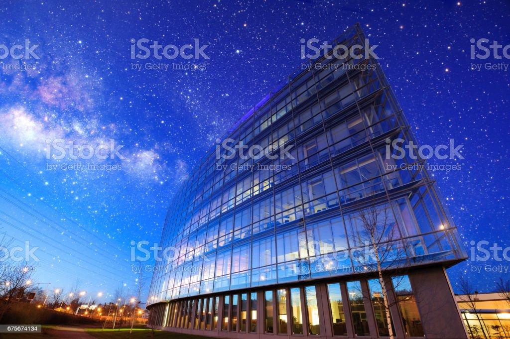 Modern byggnad, blå himmel och stjärnor bildbanksfoto