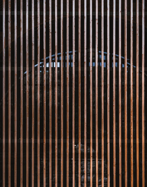 Fachada de edificio moderno hecho de vigas de madera - foto de stock