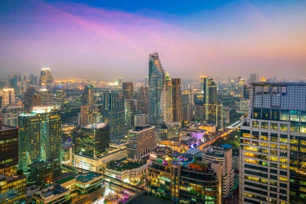Modernes Gebäude in Bangkok Geschäftsviertel in Bangkok Stadt mit Skyline in der Nacht, Thailand. – Foto