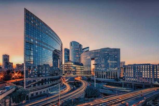 edifício moderno em paris - arranha céu - fotografias e filmes do acervo