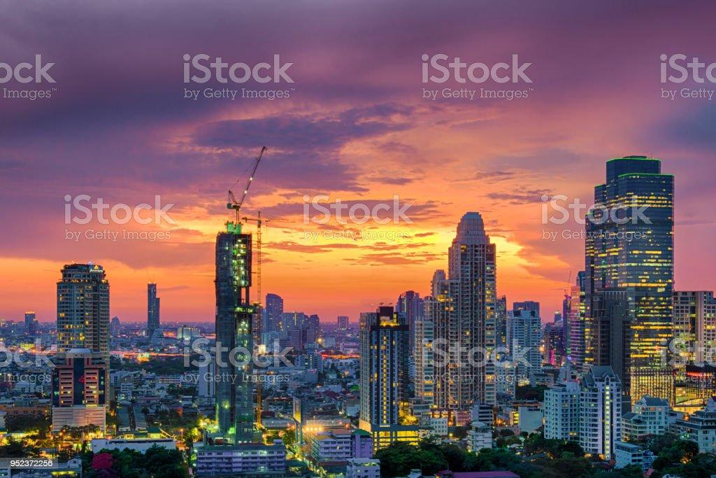 Modernes Gebäude immer mehr in Bangkok – Foto