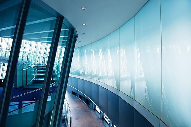 modernes gebäude innen mit wendeltreppe, london city hall - bogen bauen stock-fotos und bilder