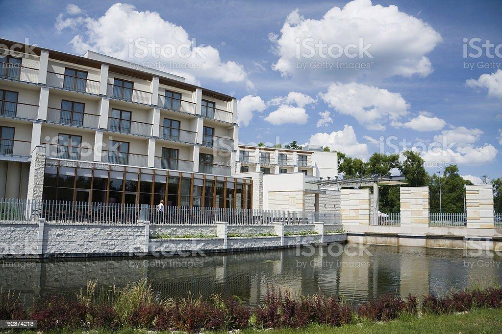Modernes Gebäude über dem Wasser Lizenzfreies stock-foto